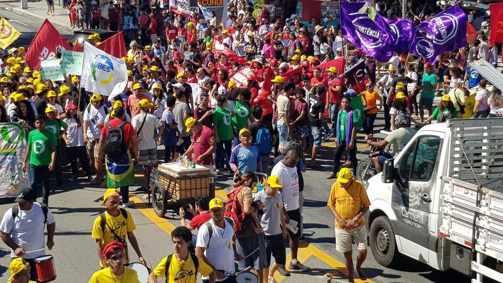 FORTALEZA, 9h18: Manifestantes saem às ruas em protesto contra reforma da Educação — Foto: Natinho Rodrigues/SVM
