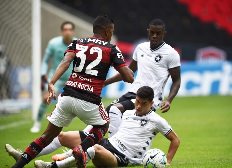 Pedro Rocha durante o Flamengo x Botafogo — Foto: André Durão/ge