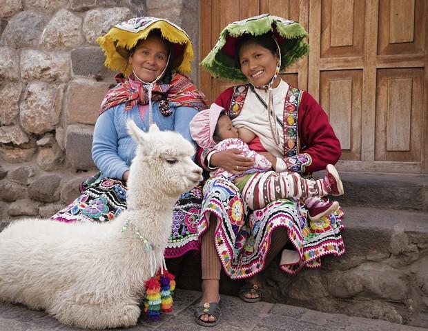 Mãe peruana amamenta o filho (Foto: Tina Boyadjieva )