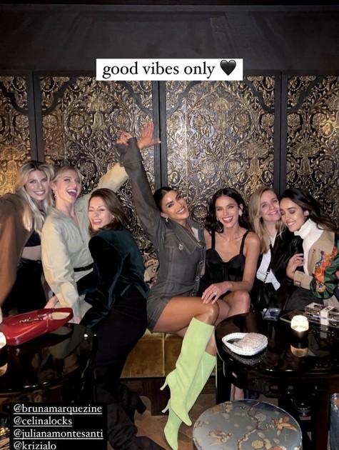 Bruna Marquezine com amigas em Paris (Foto: Reprodução)