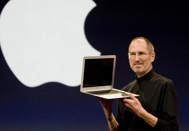 Steve Jobs apresenta o MacBook Air: computador foi retirado de um envelope (Foto: Kimberly White/Corbis via Getty Images)