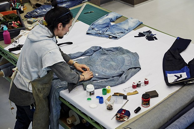 Crafting a G-Star RAW outfit in the Amsterdam studio (Foto: Divulgação)