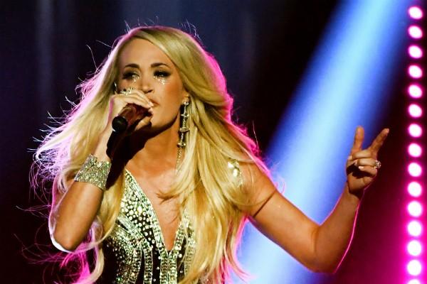 A cantora Carrie Underwood emocionada em seu primeiro show após o acidente que resultou em 40 pontos em seu rosto (Foto: Getty Images)
