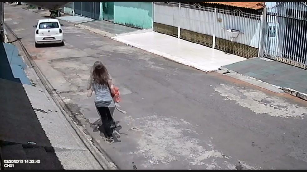 Motorista sai correndo atrás do carro que desce a rua desgovernado — Foto: TV Globo / Reprodução