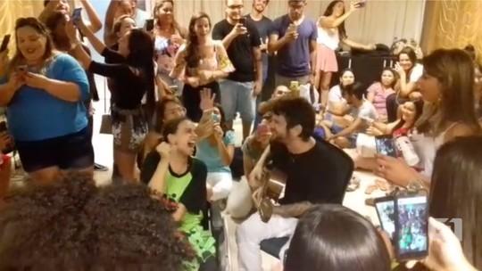 Saulo canta para fã com paralisia cerebral antes de puxar bloco no Carnatal; veja vídeo