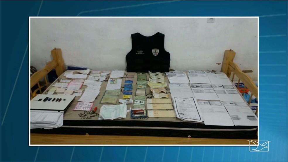 Polícia Civil encontrou centenas de documentos falsos na residência do casal em Peritoró (MA). (Foto: Reprodução/TV Mirante)