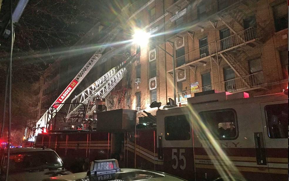 Bombeiros usam escadas para controlar chamas e resgatar vítimas de incêndio em prédio no Bronx (Foto: NYFD / via REUTERS )