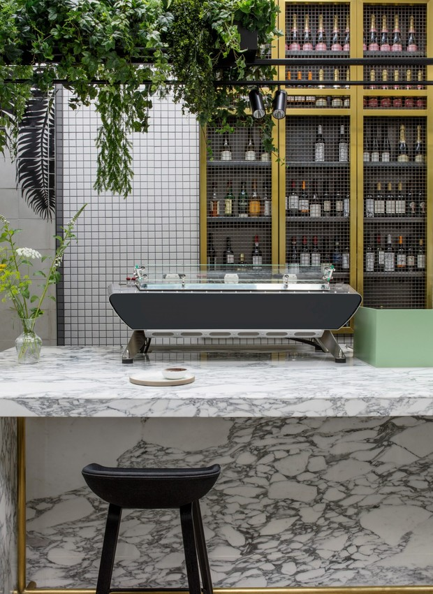 O balcão de mármore traz estilo e elegância (Foto: Dezeen/ Reprodução)
