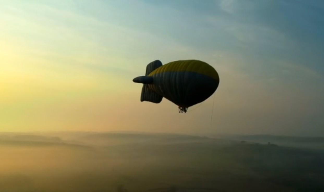 Pilotos fazem treinamento para voos turísticos de dirigível em serra de São Pedro