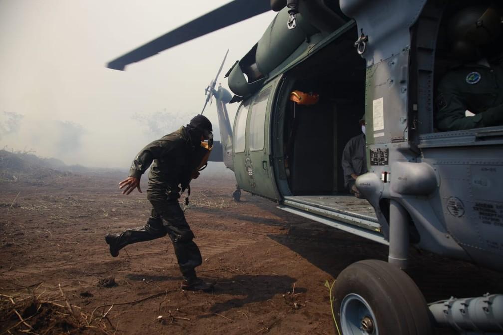 Aeronave que já atuava no combate ao fogo foi até o local onde eles estavam — Foto: Corpo de Bombeiros - MT