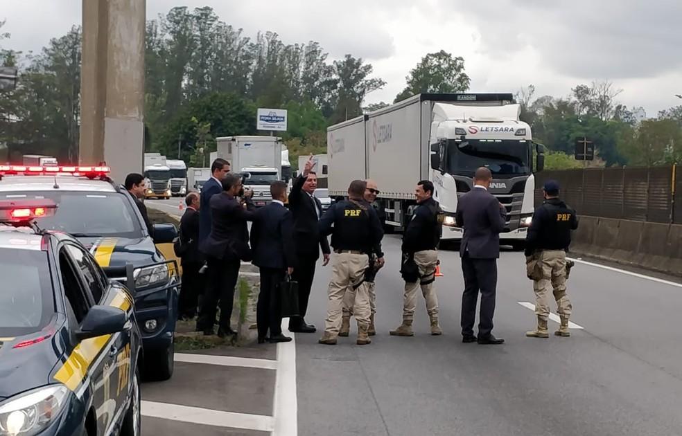 Presidente acenou para motoristas e caminhoneiros na Dutra, em Resende — Foto: Yuri Bandeira/Tv Rio Sul