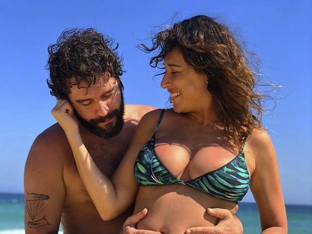 Giselle Itié mostra barriga da gravidez em dia de praia