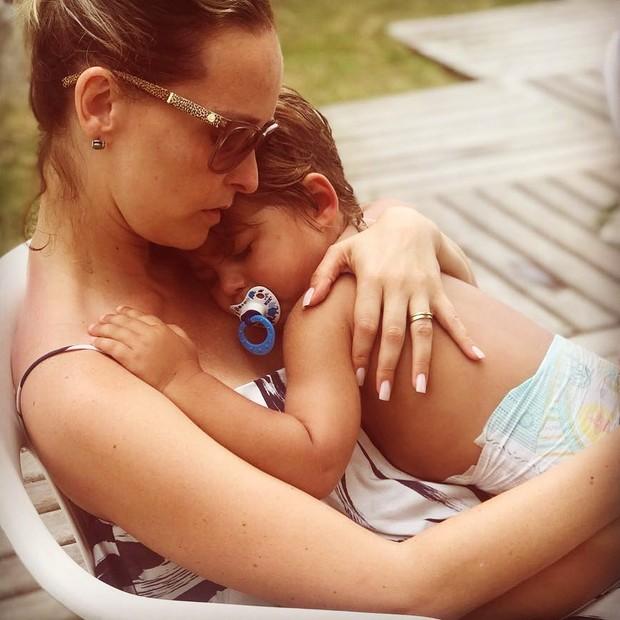 """Fernanda Rodrigues fica """"hipnotizada"""" em foto com o filho (Foto: Reprodução/Instagram)"""