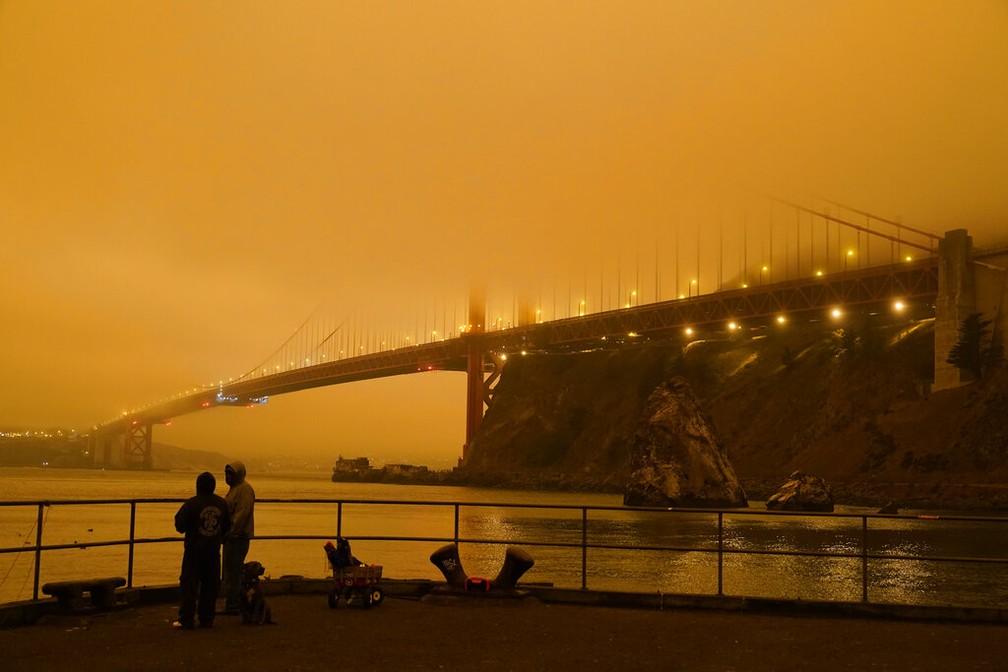 Ponte Golden Gate ficou encoberta pela fumaça das queimadas na Califórnia — Foto: AP Photo/Eric Risberg