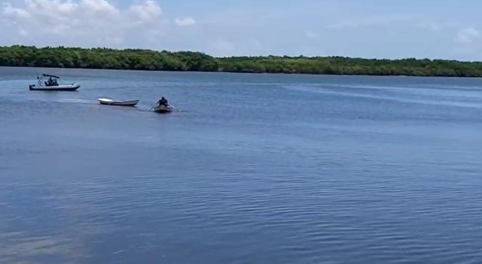 Perseguição policial aconteceu em canoas a remo, no Rio Potengi — Foto: Reprodução/Inter TV Cabugi