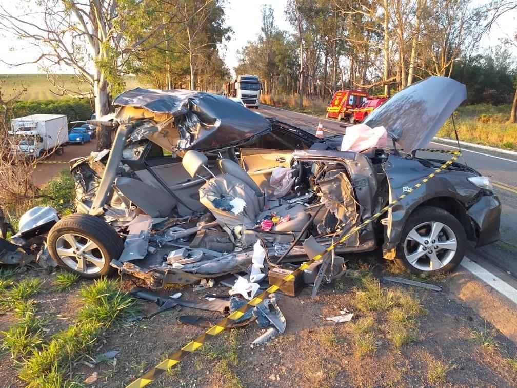 Motorista tem ferimentos leves após carro ficar destruído em acidente com carreta em Alfenas (MG) — Foto: Corpo de Bombeiros