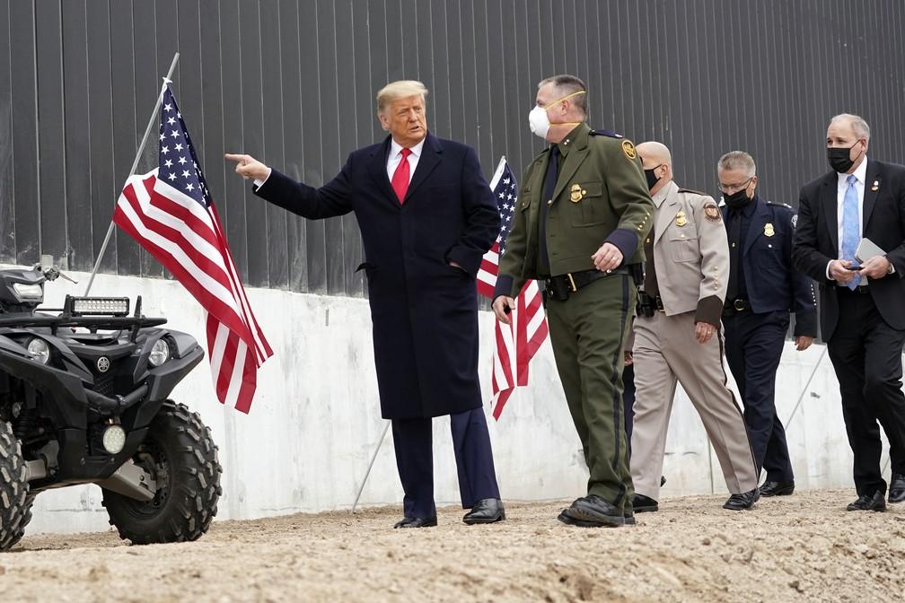O presidente dos EUA, Donald Trump, visita muro na fronteira dos EUA com o México em 12 de janeiro de 2021, na cidade de Álamo, no Texas.  — Foto: Alex Brandon/AP