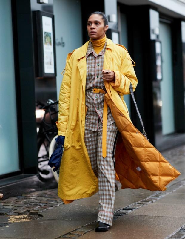 Casacos amarelo? As jaquetas puffer (em tamanho em pequeno ou giga) são as favoritas (Foto: Imaxtree)
