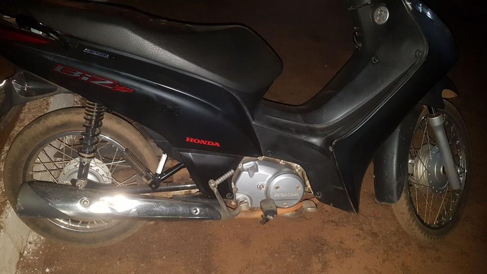Motocicleta apreendida com menor infrator (Foto: PM/Divulgação)