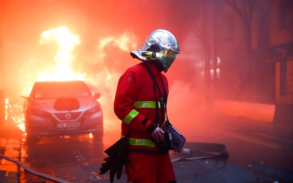 Bombeiros foram acionados após carros serem incendiados nas ruas de Paris, neste sábado (5) — Foto: Gonzalo Fuentes/Reuters