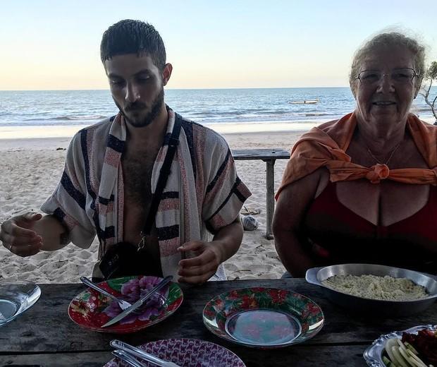 Chay Suede e avó de Laura Neiva (Foto: Reprodução/Instagram)