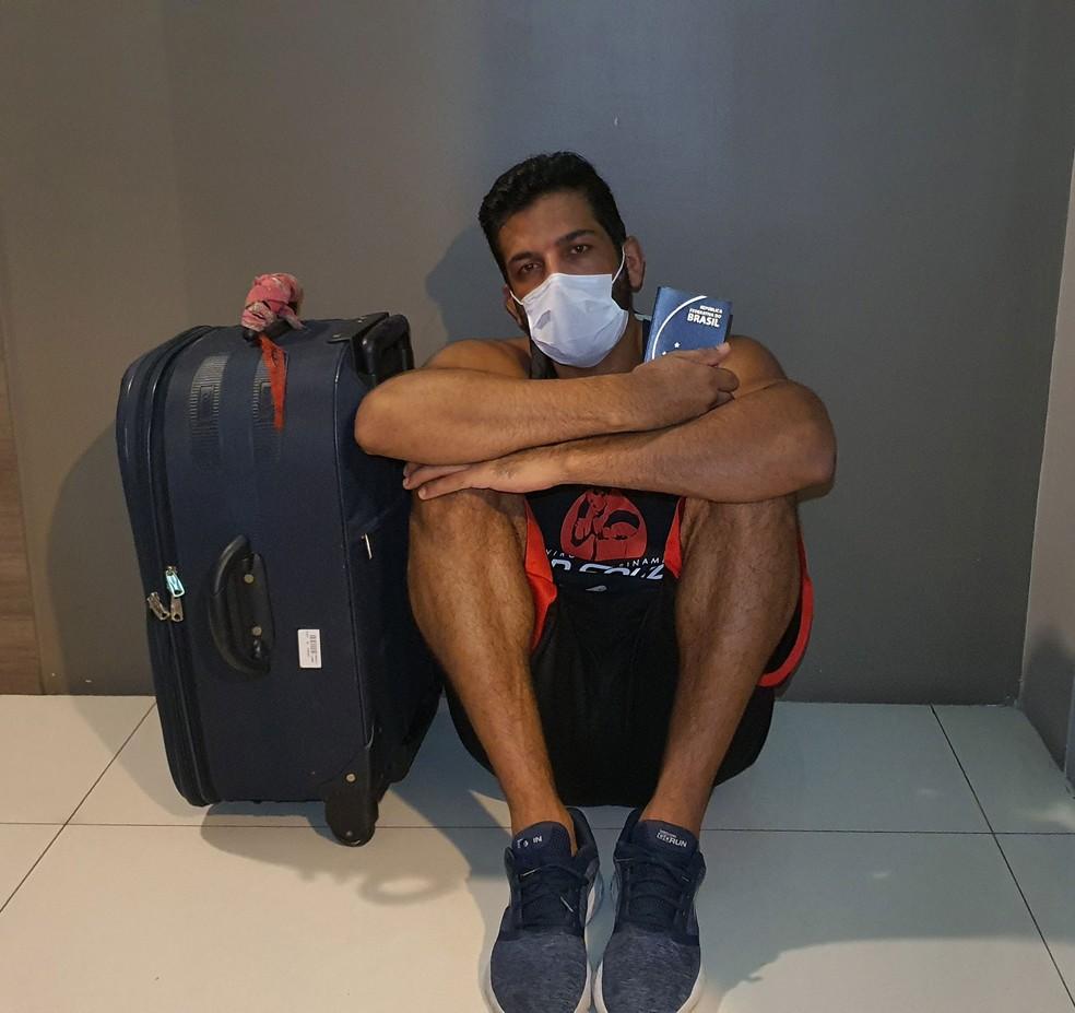 Professor Sidnei Souza vai para aeroporto da Tailândia em uma tentativa de encontrar voo para o Brasil — Foto: Arquivo Pessoal