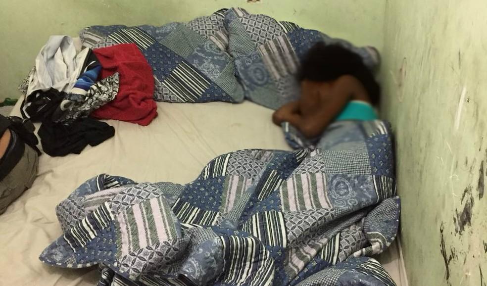 Menina de 12 anos foi encontrada na cama do quarto de um servidor público de Vitória (Foto: Divulgação / Polícia Civil)