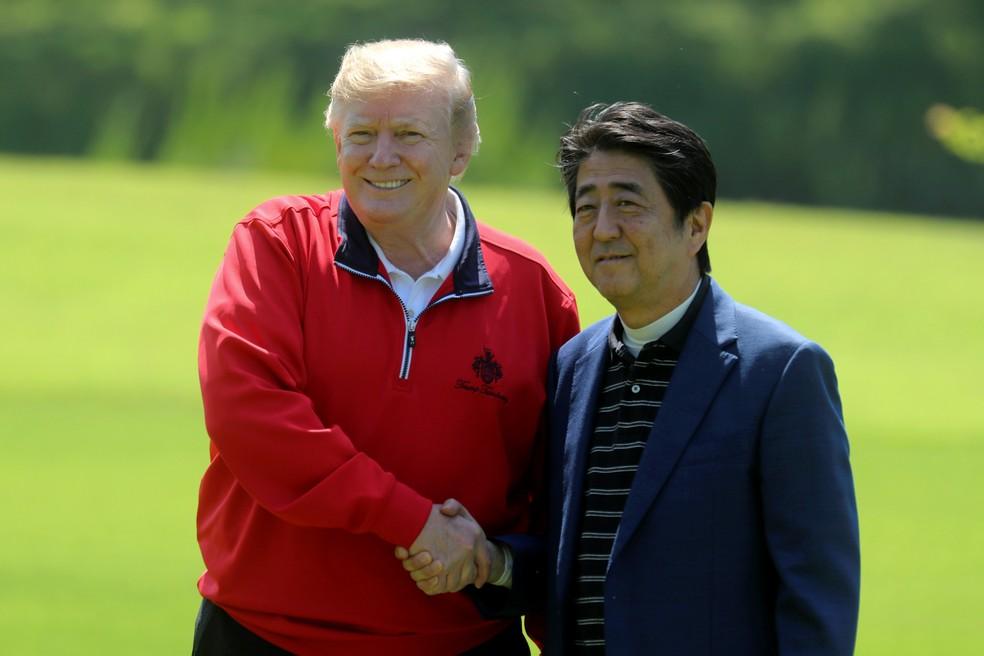 Donald Trump dá aperto de mão no primeiro-ministro japonês Shinzo Abe durante visita oficial a Toqui, no Japão, neste domingo (26) — Foto: REUTERS/Jonathan Ernst