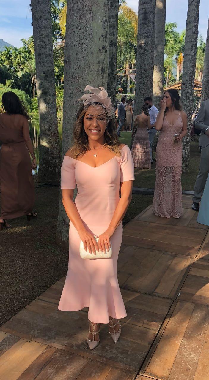 Samantha Schmutz de vestido Cinq a Sept, sapato Valentino, Joias Sonia Franco, casquete East Village Hats e clutch Serpui (Foto: Divulgação)