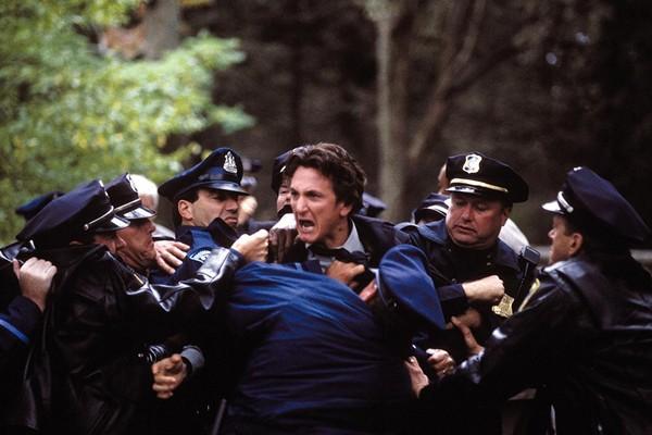 O ator Sean Penn em cena de Sobre Meninos e Lobos (2003), pelo qual ganhou seu primeiro Oscar de Melhor Ator (Foto: Reprodução)