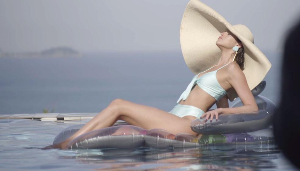 Jô é clicada no maior estilo 'piscininha, amor' — Foto: TV Globo