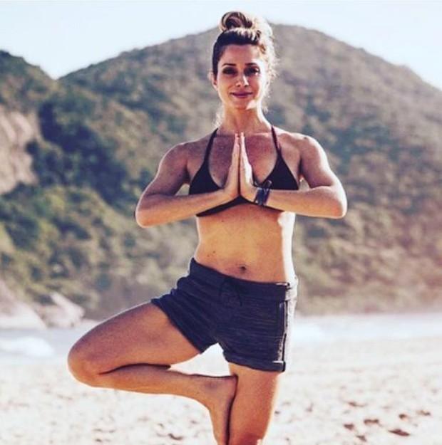 Letícia Spiller praticando ioga (Foto: Reprodução/Instagram)