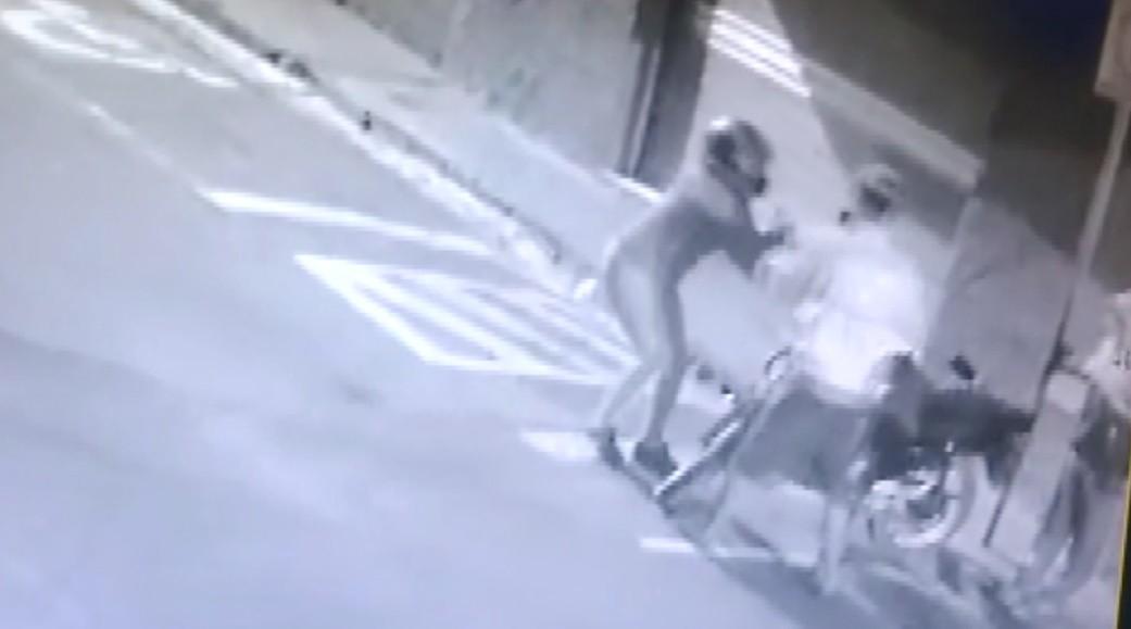 Imagens mostram mulher tentando evitar o roubo da própria moto em Varginha; veja o vídeo