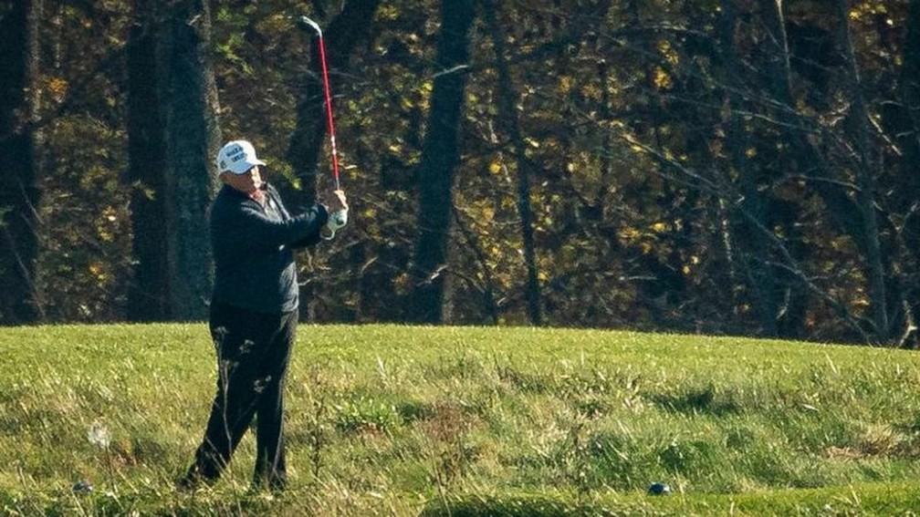 Trump estava jogando golfe quando a vitória de Joe Biden foi conhecida — Foto: Getty Images/BBC