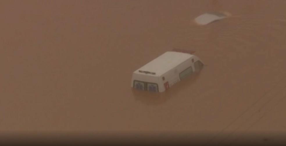 Ambulância ficou debaixo d'água na manhã nesta segunda-feira (10)  — Foto: Reprodução/TV Globo