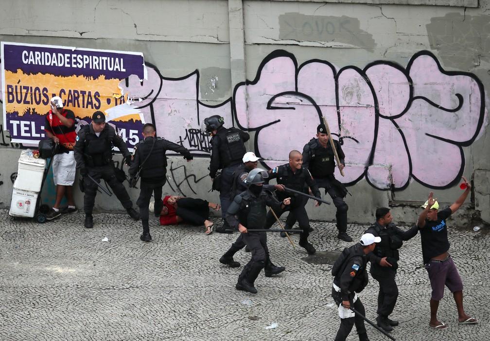 Policiais usam violência para coibir baderneiros — Foto: REUTERS/Ricardo Moraes