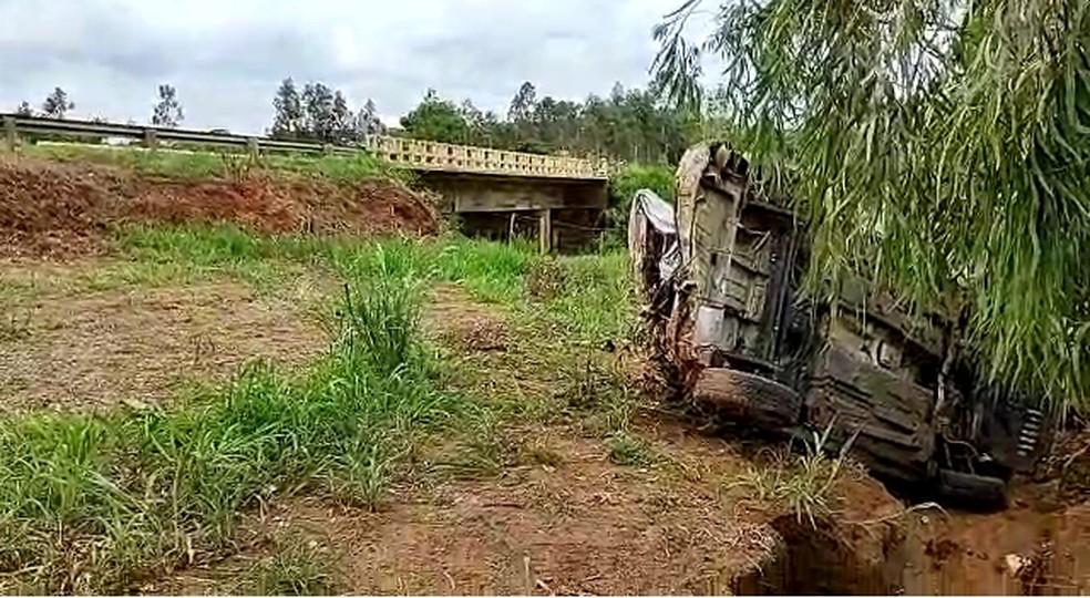 Carro bateu contra a ponte de proteção e capotou até chegar ao acostamento — Foto: Votuporanga Tudo/Divulgação