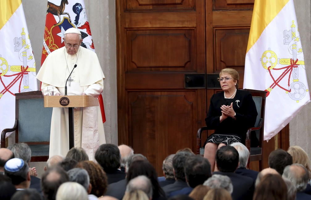 O Papa Francisco faz discurso ao lado da president Michelle Bachelet durante sua visita ao Chile, no dia 16 de janeiro de 2018  (Foto: Alessandra Tarantino/AP)
