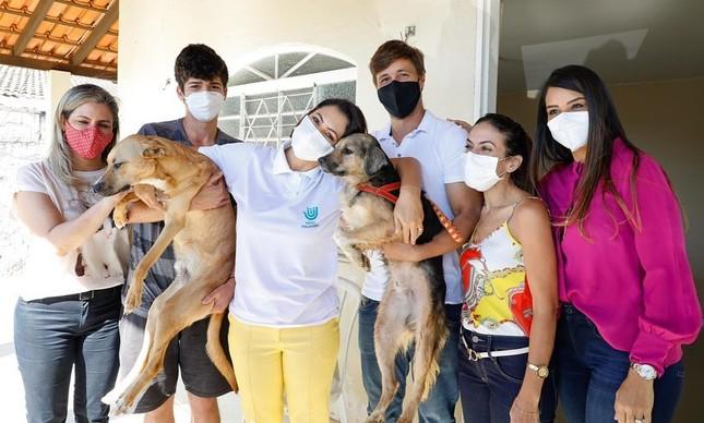 Michelle Bolsonaro adota dois novos cachorros