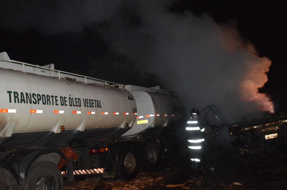 Bombeiros foram acionados para controlar as chamas na rodovia entre Paraguaçu Paulista e Quatá (Foto: Manoel Moreno / Divulgação )