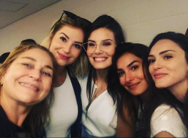 Barbara França, Camila Queiroz, Marina Moschen e Isabelle Drummond com a produtora de elenco Yolanda Rodrigues  (Foto: Reprodução Instagram)