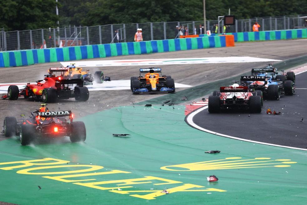 Largada do GP da Hungria tirou seis carros da corrida  — Foto: Bryn Lennon/Getty Images