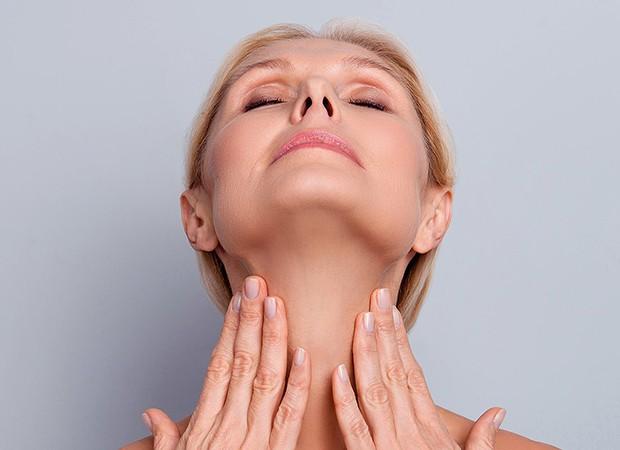 Graças ao ácido polilático, um biomaterial cientificamente reconhecido e comprovado, que estimula o colágeno, reduzindo a flacidez do pescoço (Foto: Divulgação)