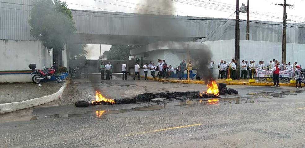 Garagem da Unitrans, empresa de ônibus, foi bloqueada no início desta sexta-feira (14), às 6h30 — Foto: Danilo Alves/TV Cabo Branco