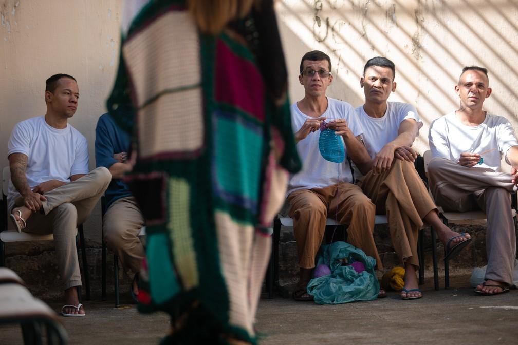 Detentos assistem ao desfile de modelos com peças em crochê produziadas eles na penitenciária Adriano Marrey, em Guarulhos (SP) — Foto: Marcelo Brandt/G1
