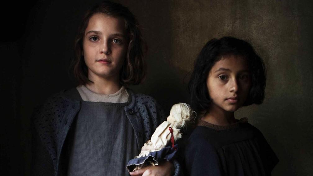 -  A atrizes Elisa Gel Genio  à esquerda  e Ludovica Nasti, que interpretam respectivamente Elena Grego, a Lenu, e Raffaella Cerullo, a Lila, na série d