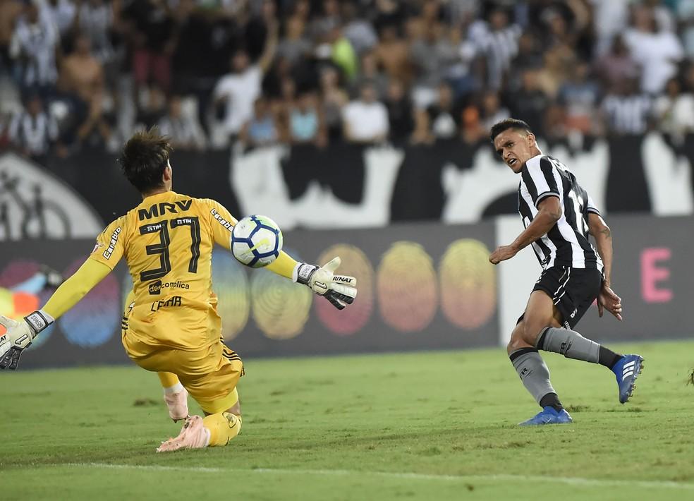 9c3eb0a0fc3a1 ... Erik tira de César para abrir o caminho da vitória no Nilton Santos —  Foto