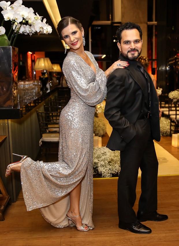 Luciano Camargo e a mulher, Flávia, se divertiram no casamento da sobrinha (Foto: Manuela Scarpa/Brazil News)