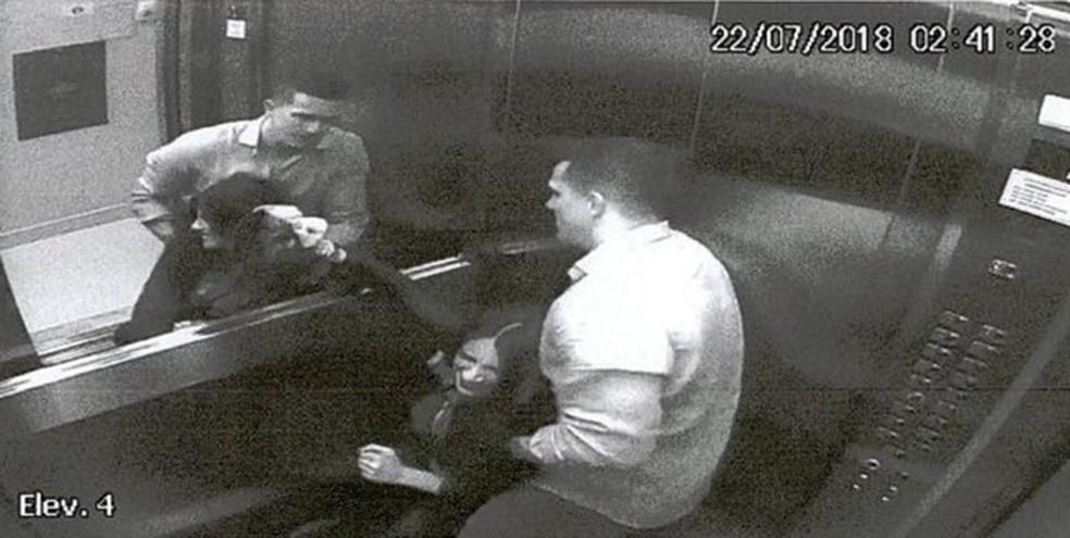 Câmeras registraram agressões do marido a advogada Tatiane Spitzner no elevador do prédio — Foto: Câmeras de segurança