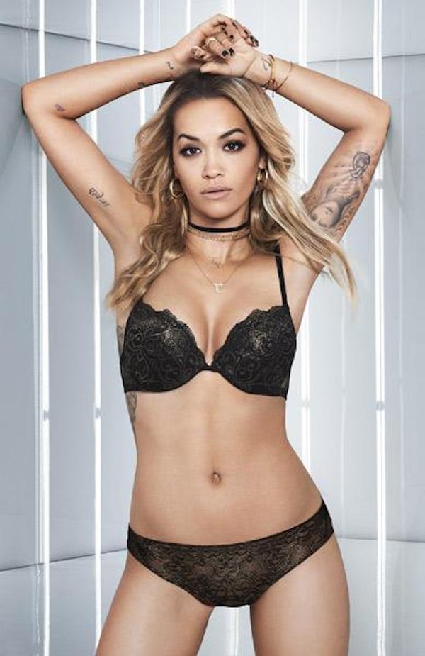 A cantora Rita Ora no clipe de lingerie protagonizado por ela (Foto: Divulgação)